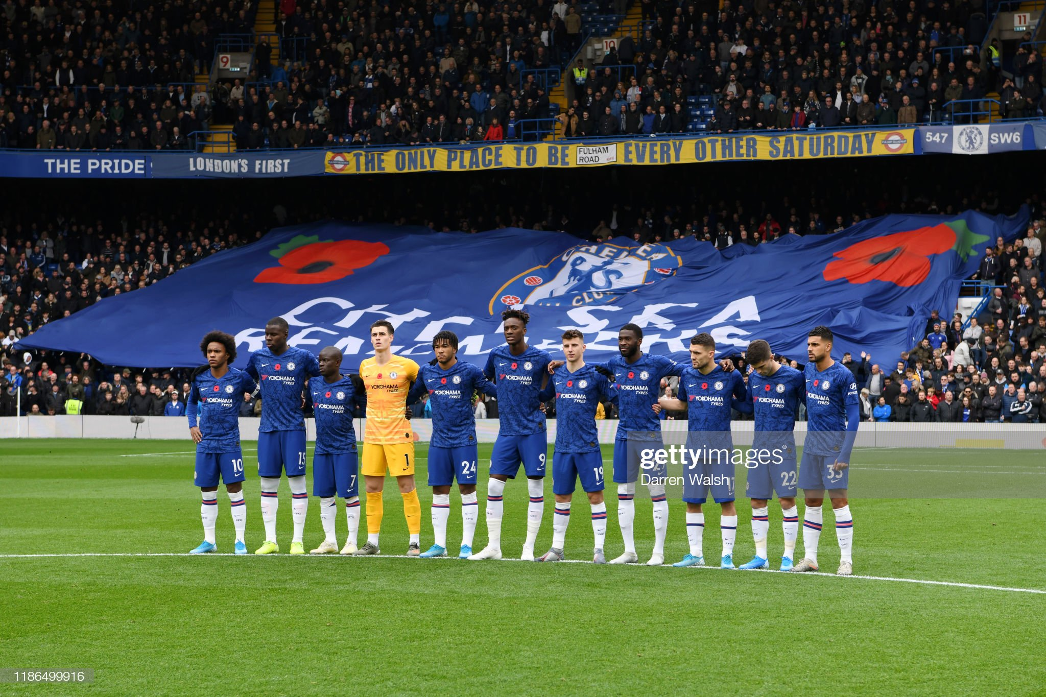 Hilo del Chelsea Players-and-fans-of-chelsea-observe-a-minute-of-silence-in-honour-of-picture-id1186499916?s=2048x2048