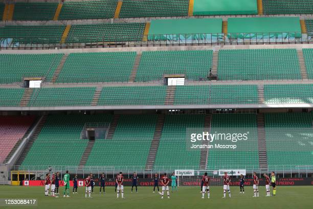 Players and officials respect a minute's silence in honour of the victims of Covid-19 before during the Serie A match between AC Milan and AS Roma at...