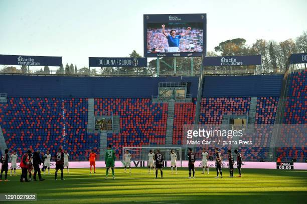 Players and officials stand for a minute of silence for Paolo Rossi prior the beginning of the Serie A match between Bologna FC and AS Roma at Stadio...