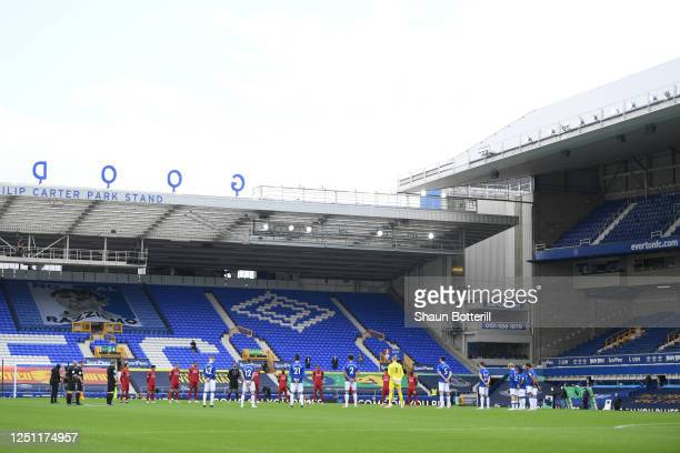 Players and officials take part in a minute of silence to commemorate the victims of the Covid-19 pandemic during the Premier League match between...