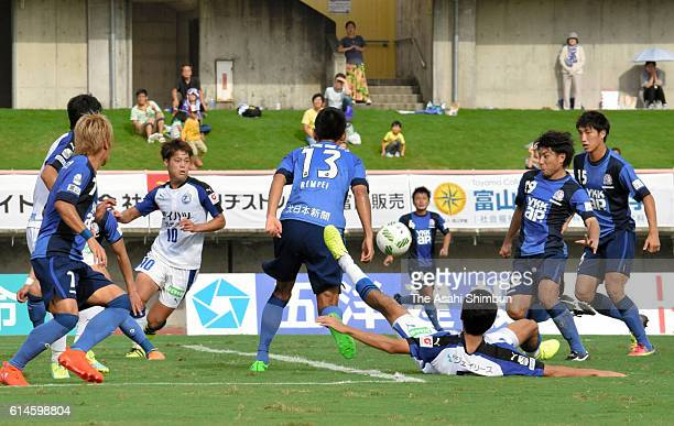 Players compete during the JLeague third division match between Kataller Toyama and Oita Trinita at Toyama Prefecture Stadium on September 25 2016 in...