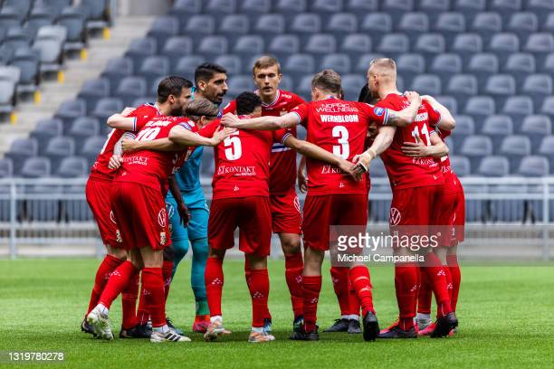 Players from IFK Goteborg huddle together during the Allsvenskan match between Djurgardens IF and IFK Goteborg at Tele2 Arena on May 23, 2021 in...