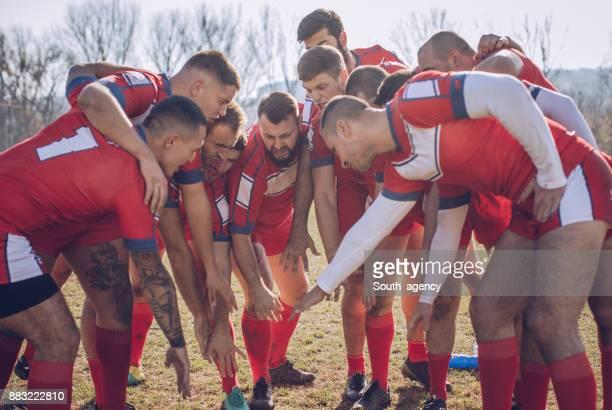 joueurs se blottir au cours du délai d'expiration - rugby union photos et images de collection