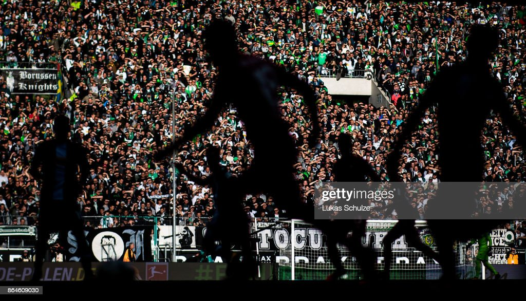 Players in action in front of a bright wall of fans during the Bundesliga match between Borussia Moenchengladbach and Bayer 04 Leverkusen at Borussia-Park on October 21, 2017 in Moenchengladbach, Germany.