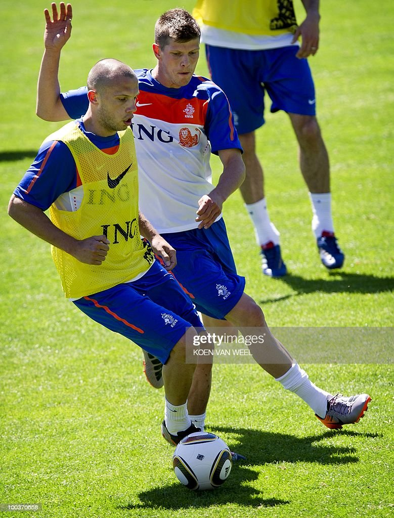 Players John Heitinga (L) and Klaas jan Huntelaar of the Dutch national football team during a training session in Seefeld, Austria on Monday May 24, 2010. The Dutch team is preparing for the FIFA World Cup in South-Africa. AFP PHOTO/ANP/KOEN VAN WEEL -netherlands out - belgium out-