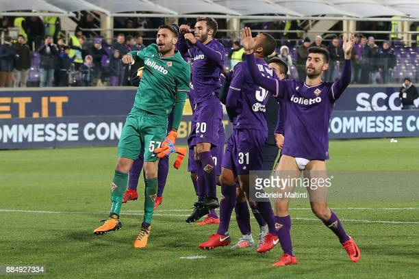 Players of ACF Fiorentina celebrates the victory after the Serie A match between ACF Fiorentina and US Sassuolo at Stadio Artemio Franchi on December...