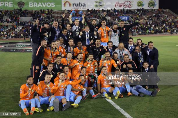 Players of America celebrate with the trophy after winning the final match of Copa MX 2019 between FC Juarez and America at Estadio Olimpico Benito...