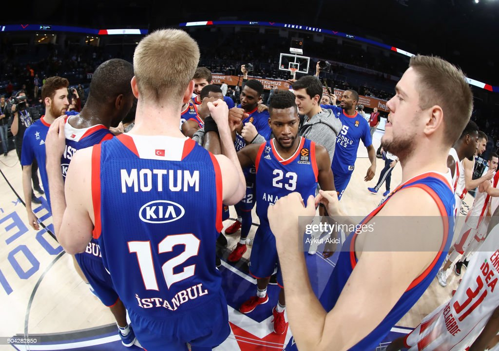 Players of Anadolu Efes celebrate victory during the 2017/2018 Turkish Airlines EuroLeague Regular Season Round 17 game between Anadolu Efes Istanbul and Crvena Zvezda mts Belgrade at Sinan Erdem Dome on January 12, 2018 in Istanbul, Turkey.