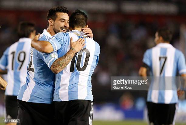 Players of Argentina celebrate the first goal of Ezequiel Lavezzi during a match between Argentina and Peru as part of the 17th round of the South...