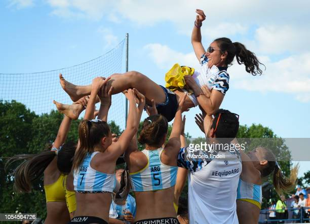 Players of Argentina throw their coach Leticia Brunati in the air after winning the Women's Gold Medal Match against Croatia during day 7 of Buenos...