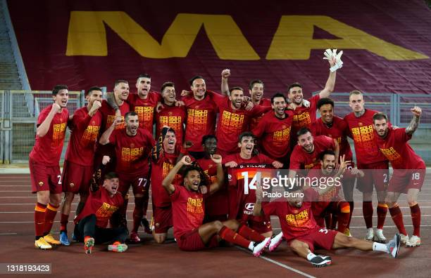 Players of AS Roma celebrate victory after the Serie A match between AS Roma and SS Lazio at Stadio Olimpico on May 15, 2021 in Rome, Italy. Sporting...