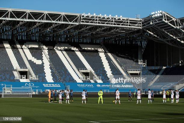 Players of Atalanta BC and ACF Fiorentina participate in a minute silence in memory of the deceased Paolo Rossi prior to the Serie A match between...