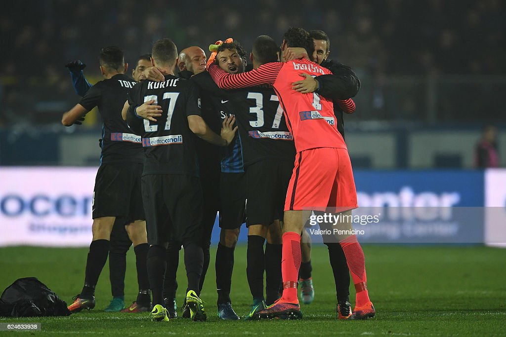 Players of Atalanta BC celebrate victory at the end of the Serie A match between Atalanta BC and AS Roma at Stadio Atleti Azzurri d'Italia on November 20, 2016 in Bergamo, Italy.