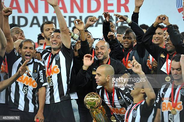 Players of Atletico Mineiro celebrate with the trophy after win the match between Atletico Mineiro and Lanús as part of the Recopa Santander...