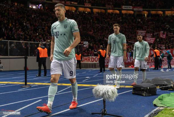 Players of Bayern Muenchen look dejected after losing the Bundesliga match between Hertha BSC and FC Bayern Muenchen at Olympiastadion on September...