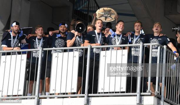 Players of Bielefeld celebrate before the fans after the Second Bundesliga match between DSC Arminia Bielefeld and 1. FC Heidenheim 1846 at...