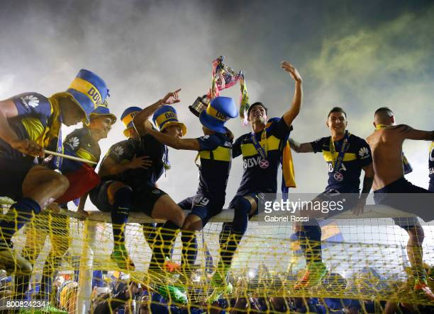 Players of Boca Juniors celebrate the champions title after a match between Boca Juniors and Union as part of Torneo Primera Division 2016/17 at...
