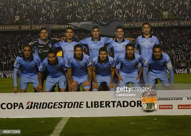 Players of Bolívar pose for a team picture before a second leg quarter final match between Bolívar and Lanúœs as part of Copa Bridgestone...