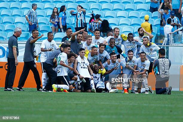 Players of Botafogo celebrate after winning the match Gremio v Botafogo as part of Brasileirao Series A 2016 at Arena do Gremio on December 11 in...