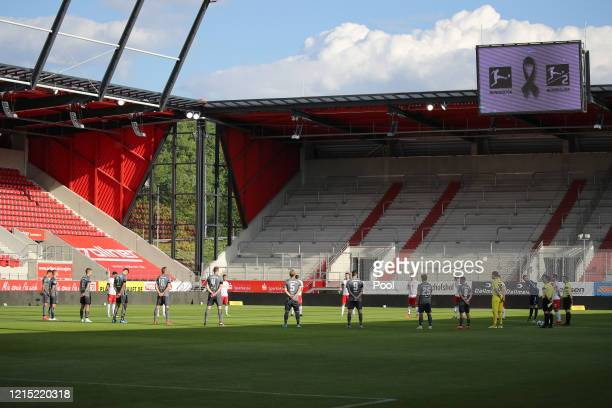 Players of both teams commemorate the victims of the corona pandemic during a minute's silence prior to the Second Bundesliga match between SSV Jahn...