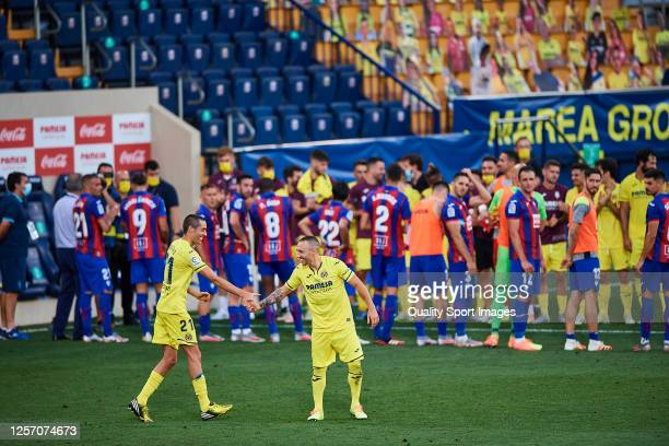Players of both teams show their respect to Bruno of Villarreal and Santi Cazorla of Villarreal after their last match for the club after the Liga...
