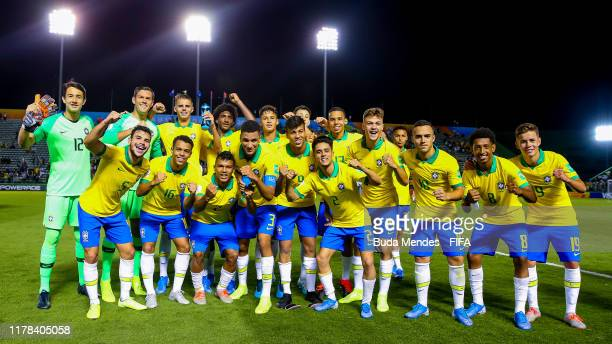 Players of Brazil celebrate the victory after the FIFA U17 Men's World Cup Brazil 2019 group A match between Brazil and Canada at Valmir Campelo...