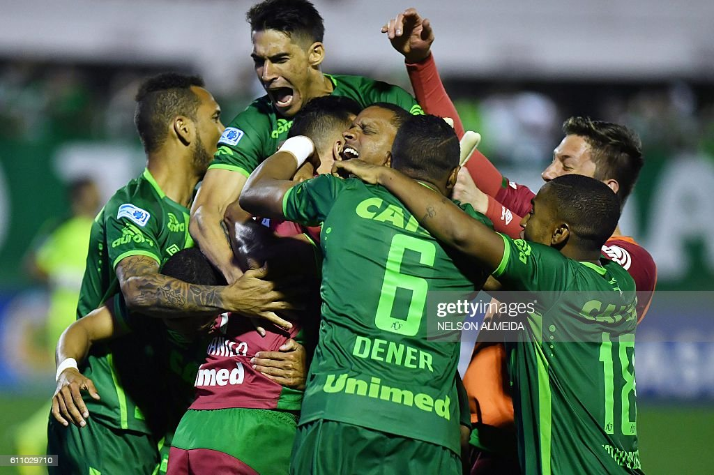 Players of Brazil's Chapecoense celebrate after defeating Argentina's Independiente in a penalty shoot-out during their Sudamericana Cup match at the Arena Conda stadium, in Chapeco, Brazil, on September 28, 2016. / AFP / NELSON