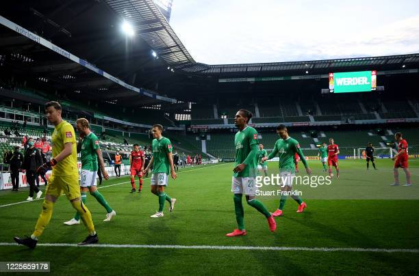 Players of Bremen walks off dejected after the Bundesliga match between SV Werder Bremen and Bayer 04 Leverkusen at Wohninvest Weserstadion on May 18...