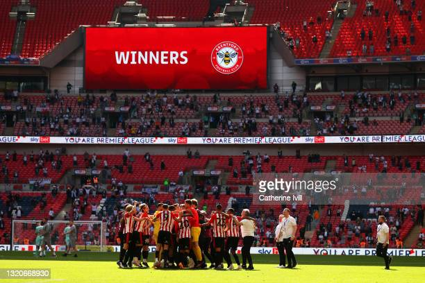 Players of Brentford FC celebrate victory after the Sky Bet Championship Play-off Final between Brentford FC and Swansea City at Wembley Stadium on...