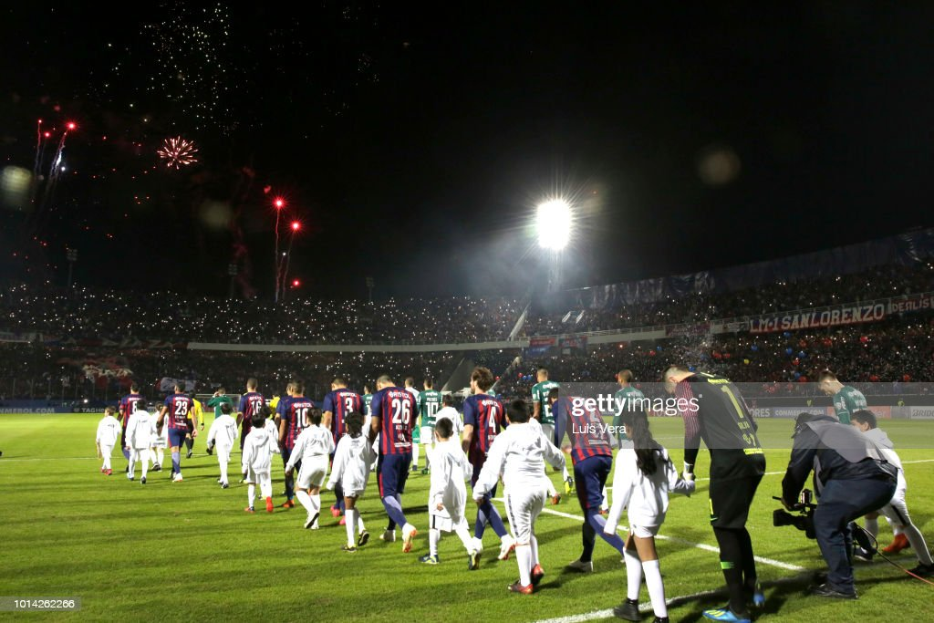 Players of Cerro Porteño and Palmeiras get in the field prior a round of sixteen match between Cerro Porteno and Palmeiras as part of Copa CONMEBOL Libertadores 2018 at General Pablo Rojas Stadium on August 9, 2018 in Asuncion, Paraguay.