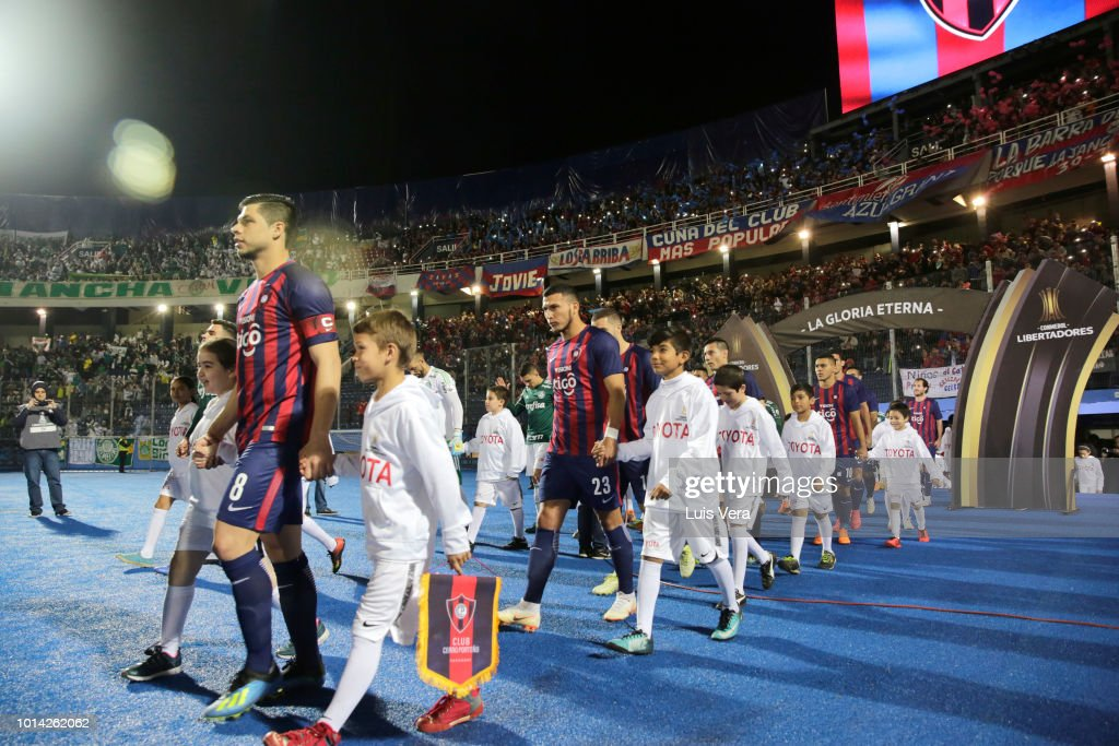 Players of Cerro Porteño get in the field prior a round of sixteen match between Cerro Porteno and Palmeiras as part of Copa CONMEBOL Libertadores 2018 at General Pablo Rojas Stadium on August 9, 2018 in Asuncion, Paraguay.