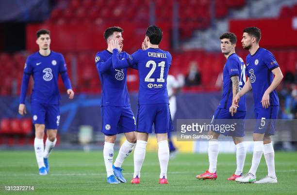Players of Chelsea CF celebrate during the UEFA Champions League Quarter Final Second Leg match between Chelsea FC and FC Porto at Estadio Ramon...