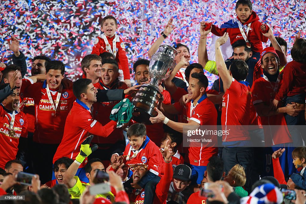 Players of Chile celebrate with the trophy after the 2015 Copa America Chile Final match between Chile and Argentina at Nacional Stadium on July 04, 2015 in Santiago, Chile.