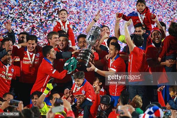 Players of Chile celebrate with the trophy after the 2015 Copa America Chile Final match between Chile and Argentina at Nacional Stadium on July 04,...