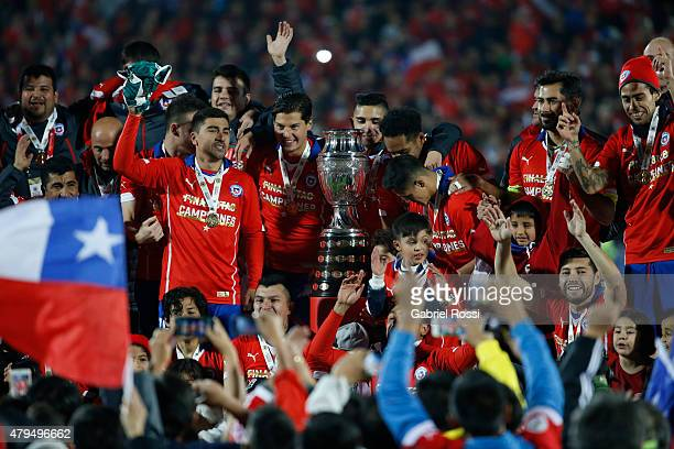 Players of Chile celebrate with the trophy after winning the 2015 Copa America Chile Final match between Chile and Argentina at Nacional Stadium on...
