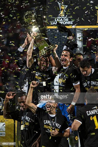 Players of Cruz Azul celebrate after winning the leg 2 of the final match between Cruz Azul and Toluca as part of the CONCACAF Liga de Campeones at...