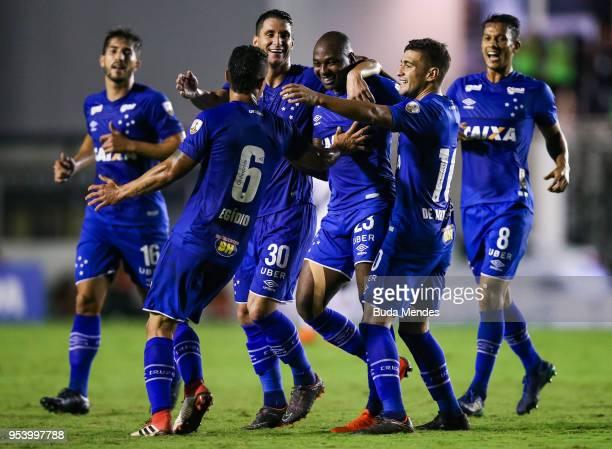 Players of Cruzeiro celebrates a scored goal during a match between Vasco da Gama and Cruzeiro as part of Copa CONMEBOL Libertadores 2018 at Sao...