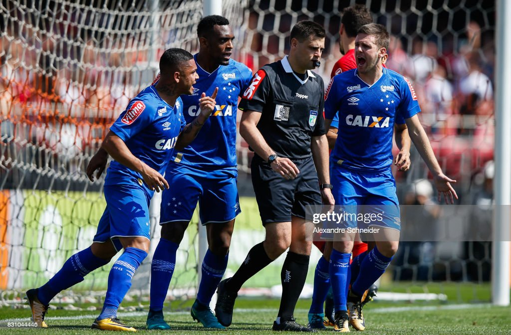 Players of Cruzeiro complain during the match between Sao Paulo and Cruzeiro for the Brasileirao Series A 2017 at Morumbi Stadium on August 13, 2017 in Sao Paulo, Brazil.