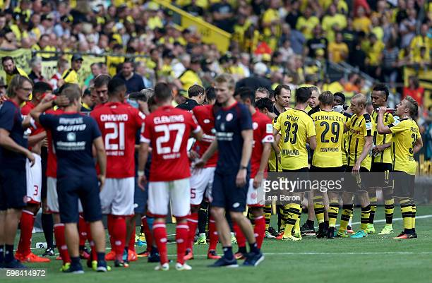 Players of Dortmund and Mainz are seen during a refreshment break during the Bundesliga match between Borussia Dortmund and 1 FSV Mainz 05 at Signal...