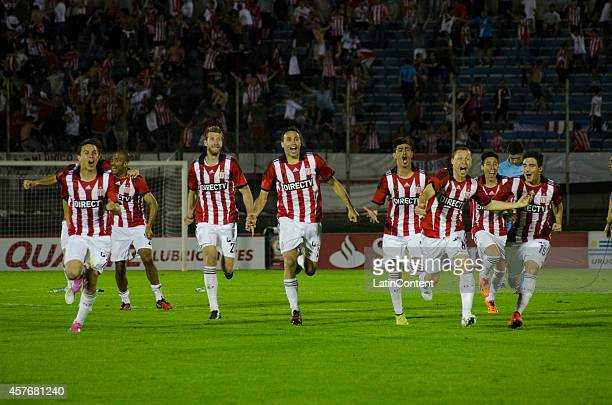 Players of Estudiantes celebrate victory after the penalty shootout after a second leg match between Peñarol and Estudiantes as part of round of 16...