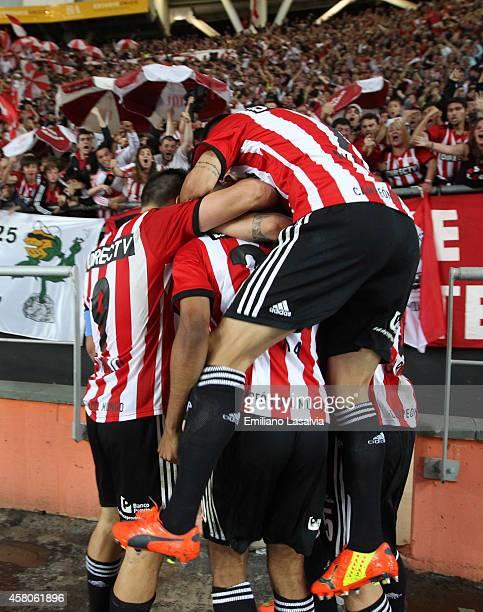 Players of Estudiantes de La Plata celebrate a goal scored by Diego Daniel Vera during a first leg match between Estudiantes and River Plate as part...