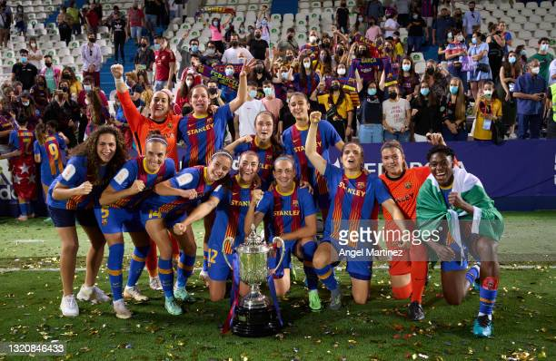 Players of FC Barcelona celebrate with the trophy after winning the Copa de la Reina Final match between FC Barcelona and Levante UD at Estadio...