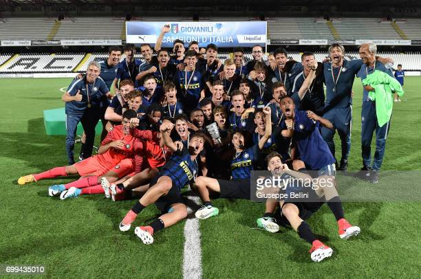 Players of FC Internazionale celebrate the victory after the U17 Serie A Final match between Atalanta BC and FC Internazionale on June 21, 2017 in...