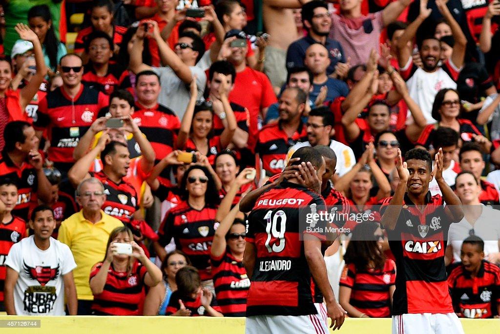 Players of Flamengo celebrate a scored goal against Cruzeiro during a match between Flamengo and Cruzeiro as part of Brasileirao Series A 2014 at Maracana Stadium on October 12, 2014 in Rio de Janeiro, Brazil.