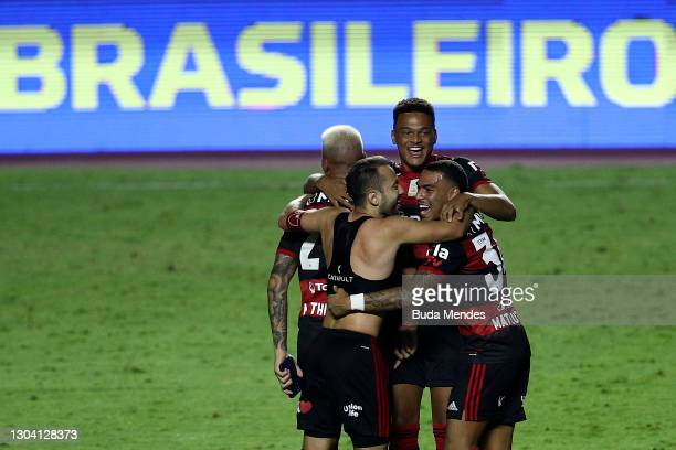 Players of Flamengo celebrate the championship despite the defeat in the match between Sao Paulo and Flamengo as part of 2020 Brasileirao Series A at...