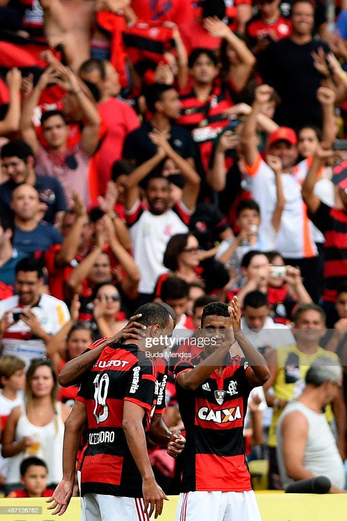 Players of Flamengo celebrates a scored goal against Cruzeiro during a match between Flamengo and Cruzeiro as part of Brasileirao Series A 2014 at Maracana Stadium on October 12, 2014 in Rio de Janeiro, Brazil.