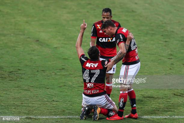 Players of Flamengo celebrates a scored goal during the Brasileirao Series A 2017 match between Flamengo and Corinthians at Ilha do Urubu Stadium on...