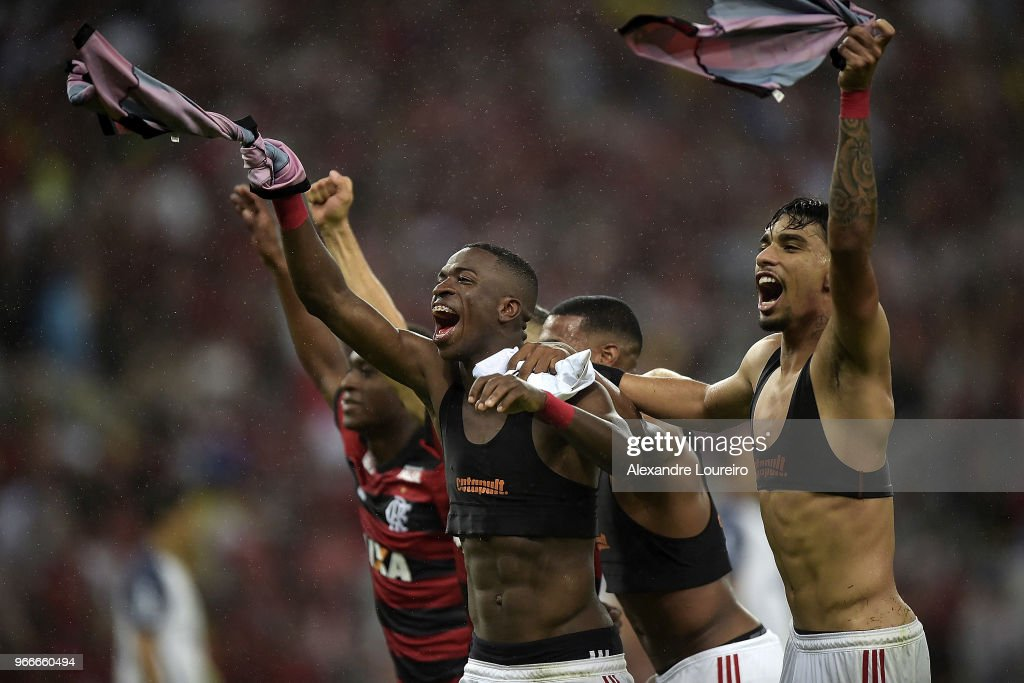 Players of Flamengo celebrates the victory after the match between Flamengo and Corinthians as part of Brasileirao Series A 2018 at Maracana Stadium on June 03, 2018 in Rio de Janeiro, Brazil.