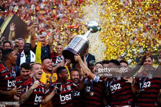 Players of Flamengo celebrates with the trophy during the final match of Copa CONMEBOL Libertadores 2019 between Flamengo and River Plate at Estadio...