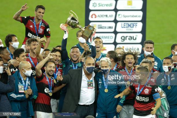 Players of Flamengo lift the trophy after winning a second leg match against Fluminense as part of the Campeonato Carioca Final at Maracana Stadium...